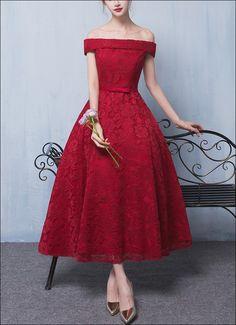 Wadenlanges 50er Jahre Retro Kleid aus Spitze mit Carmenausschnitt für die Abendgarderobe oder Hochzeit.