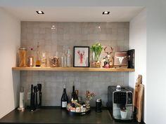 Je hebt niet veel zelliges nodig om er iets speciaals van te maken! Marokkaanse tegeltjes kleur ECRU als achterwand in een keuken. Collectie FLOORZ Floating Shelves, Liquor Cabinet, Storage, Furniture, Home Decor, Purse Storage, Decoration Home, Room Decor, Wall Shelves