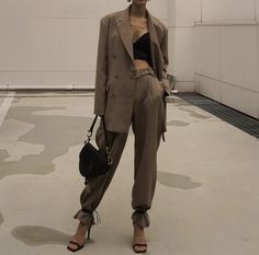 Evening outfit inspiration via . Mode Outfits, Fashion Outfits, Fashion Tips, Fashion Trends, Look Fashion, High Fashion, Fashion Details, Looks Dark, Look Blazer
