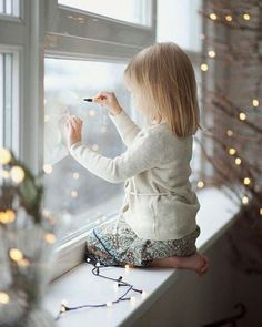Child in the window family weihnachten .