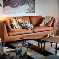 上質なレザーの落ち着いたイメージのソファに、北欧柄のクッションでアクセントを。
