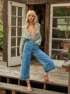 Dawn To Dusk Cropped Wide Leg | Retro-inspired cropped denim flares featuring a dramatic wide leg with a frayed hem for an added touch of cool.    * Belt loops   * Large front pocket details   * Zipper fly