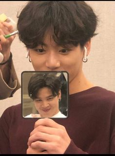 Taehyung took a photo of jungkook holding a mirror which shows a reflection of jimin 👏👏👏👏 Jimin Jungkook, Bts Taehyung, Bts Selca, Bts Bangtan Boy, Jungkook Funny, Jeon Jungkook Photoshoot, Jungkook Lindo, Bts Lockscreen, Foto Bts
