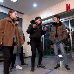 New Picture GIF dance netflix dancing kvariety busted. Wave Dance, Gif Dance, Lets Dance, Dance Moves, Sehun, Exo, Netflix, Kim Sejeong, Lee Seung Gi