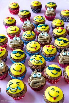 Minimuffinssien aiheena ovat tällä kertaa emojit. Emoji, Desserts, Recipes, Party Ideas, Food, Tailgate Desserts, Deserts, Emoji Characters, Dessert