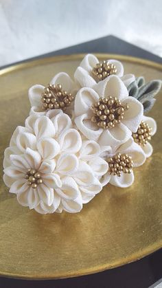 Kanzashi Flowers, Diy Flowers, Fabric Flowers, How To Make Ribbon, Ribbon Work, Crafts Beautiful, Flower Making, Fascinator, Fabric Crafts