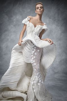"""Ziad-Antoun collaboration with Swarovski designers at the exhibition """"Sparkling Couture"""" Spring Summer 2016 RTW Dress Couture, Haute Couture Fashion, Couture Bridal, Vestido Art Deco, Bridal Gowns, Wedding Gowns, Bling Wedding, Moda Casual, White Fashion"""