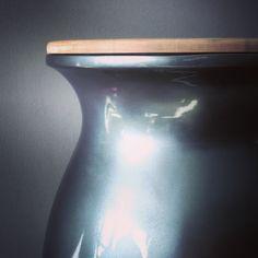VASE. Cubo de basura. Gris metalizado. Gama Premium. Tapa haya maciza. Hecho en España. Interiorismo de lujo. Cocinas de autor. Vase, Home Decor, Waste Container, Cubes, So Done, Kitchens, Gray, Interiors, Decoration Home