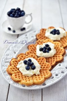Gofry na maślance Breakfast Time, Breakfast Recipes, Dessert Recipes, My Favorite Food, Favorite Recipes, My Favorite Things, Cap Cake, Waffles, Goodies