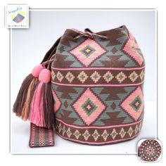 18 отметок «Нравится», 1 комментариев — Wayuu Bags &Bikini etc. (@wayuukiss) в Instagram: «Wayuu bag one strand รุ่น Premium quality ⭕️Sold out⭕️ •ฐาน 9นิ้ว สูง 10นิ้ว •สายยาว 100 cm. •ฟรี…» Tapestry Bag, Tapestry Crochet, Crochet Handbags, Crochet Purses, Love Crochet, Knit Crochet, Crochet Accessories, Purses And Handbags, Crochet Projects