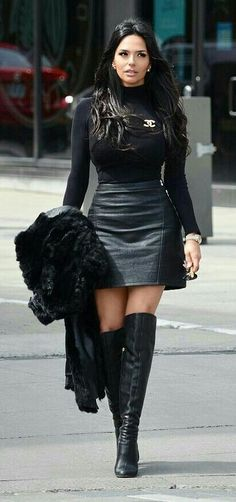 Stunning ❤ All in Black - Design - Fashion - Mini Skirt Outfit Black Leather Skirts, Leather Dresses, Black Leather Boots, Leather Skirt Outfits, Sexy Outfits, Fashion Outfits, Estilo Cowgirl, Sexy Stiefel, Leder Outfits