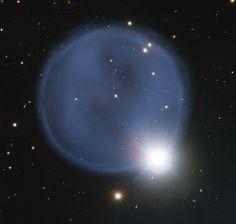 Imagen de la nebulosa planetaria PN A66 33 facilitada por el Observatorio Europeo Austral (ESO) con una hermosa burbuja azul que se ha creado durante el proceso de envejecimiento de una estrella.