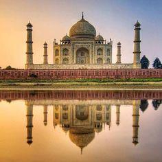 by @krasivoipolezno #mytajmemory #IncredibleIndia #tajmahal Тадж-Махал - легендарный дворец построенный из белоснежного мрамора индийским шахом Джаханом для своей любимой супруги. Джахан влюбился в бедную индийскую девушку торговавшую на рынке и сделал ее своей женой. Они прожили в счастливом браке долгих 17 лет. Мумтаз Махал умерла во время родов их четырнадцатого ребенка. Индийский правитель увековечил память о своей любимой выстроив в ее честь роскошный дворец Тадж-Махал  красота которого…