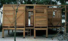 Escolha natural: usando um sistema pré-fabricado, a família paranaense criou um chalé de madeira de 80 m², com três quartos, churrasqueira e varanda. Aprovada pelo Ibama, a obra só durou 8 meses…