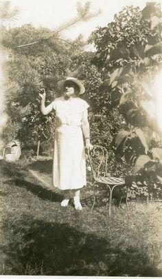 Photo ancienne vintage snapshot femme woman mode élégance jardin garden 1935