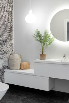 If you have a small bathroom in your home, don't be confuse to change to make it look larger. Not only small bathroom, but also the largest bathrooms have their problems and design flaws. Interior Design Living Room, Living Room Decor, Bedroom Decor, Wall Decor, Interior Paint, Style At Home, Diy Bathroom Decor, Bathroom Wall, Bathroom Interior