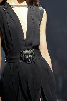 feminine fabric with masculine details  鎖骨前的金屬點綴,腰間的老虎頭皮帶  使女性化的裙子變得中性。