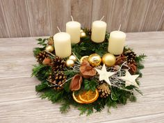 Dieser natürlich, ländlich dekorierte Adventskranz aus frischer Tanne, Kiefer … This natural, rural decorated Advent wreath of fresh fir, pine and boxwood is bound by hand and brings a Christmas touch on her coffee table or dining table. Christmas Advent Wreath, Christmas Mason Jars, Xmas Wreaths, Christmas Flowers, Christmas Centerpieces, Xmas Decorations, Simple Christmas, Advent Wreaths, Christmas Tables