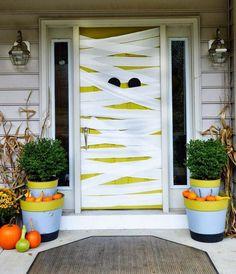 Haustür mit Stoffbahnen oder Mullbinden wickeln