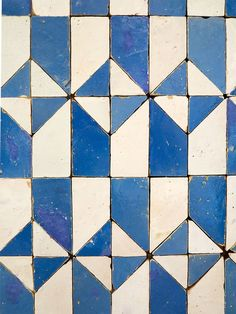 Shower floor: Blue and White Geometric Tiles of Lisbon from Photo: Heather Moore Tile Patterns, Textures Patterns, Geometric Tiles, Geometric Patterns, White Tiles, Blue Tiles, Grafik Design, Mosaic Tiles, Tiling