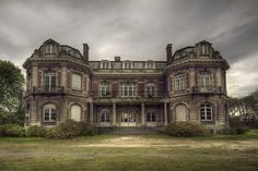 This is a gorgeous abandoned mansion! Abandoned Buildings, Abandoned Property, Old Abandoned Houses, Abandoned Castles, Old Buildings, Abandoned Places, Old Houses, Manor Houses, Architecture Old