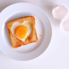 egg in basket. #heart #toast www.waseigenes.com