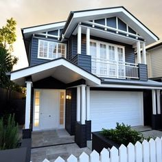 How gorgeous is this house! Definitely a house that will stop traffic💙 it's the perfect Australian version of a Hamptons house👌👏. Hamptons Style Homes, The Hamptons, Big Houses, White Houses, Exterior House Colors, Exterior Design, Style At Home, Estilo Hampton, Weatherboard House