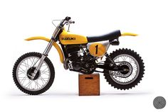 """De Coster's Suzuki RM 400 - Notice in you begin to see the """"laid down"""" rear shocks for greater travel - this looked very odd at the time. Motocross Bikes, Vintage Motocross, Vintage Motorcycles, Suzuki Motocross, Street Tracker, Plan Auto, Bobber, Style Cafe Racer, Bike Magazine"""
