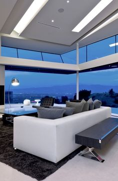 MU:91 is a minimalist home located in Mulholland Drive, Hollywood, and designed by VOI-D. The location offers sweeping views of the Los Angeles basin, coupled with a winding scenic route and a quiet suburban neighborhood located away from the bustling metropolis below.