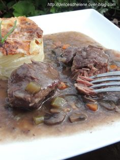 Si vous aimez les plats en sauce où la viande a mariné au préalable et après une cuisson lente et longue, les morceaux de la joue de porc fondent dans la bouche, alors cette recette est pour vous. Pour 8 personnes 16 joues de porc 1 litre de vin rouge...