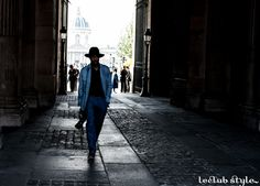 Menswear Street Style by Ángel Robles. Shades of blue at Paris Fashion Week. On the street, Cour Carrée du Louvre, Paris.