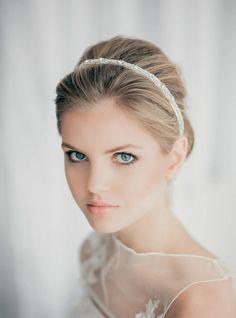 braut make-up schlicht natuerlich haarreif hochsteckfrisur