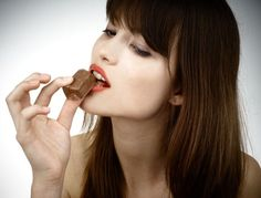 Does Chocolate Cause Acne? – A lot of people think food causes acne is of high protein foods such as eggs or nuts. Swiss Chocolate, Chocolate Box, Chocolate Lovers, Chocolate San Valentin, Chocolate Benefits, Think Food, High Protein Recipes, Acne Skin, Bad Habits