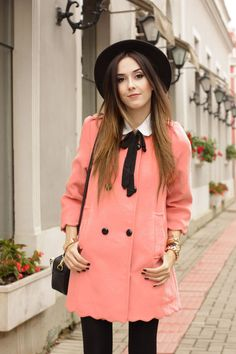 Autumn outfit wearing a cute pink scallop coat from Sincerely Sweet. Preppy look with white bow shirt, classic hat and black thights.  -----------------  Look de outono com casaco fofo, camisa branca com laço e sapato de verniz!