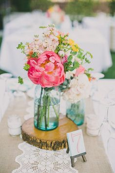 Love the rustic feel of these pretty mason jar centerpiece.