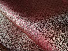 Ceci est une belle minuscules motifs de tissage Brocade Fabric en or et bordeaux.  Vous pouvez utiliser ce tissu pour faire des robes, des tops, chemisiers, vestes, de l'artisanat, des embrayages...