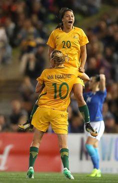 Matildas star Sam Kerr celebrates with a teammate. Girls Soccer, Football Soccer, Football Players, World Cup Teams, Fifa Women's World Cup, Female Football Player, Soccer Photography, Australian Football, Sports