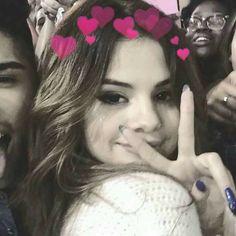 My hearts is. Selena Gomez Bangs, Selena Gomez Cute, Estilo Selena Gomez, Selena Gomez Pictures, Selena Gomez Style, Bieber Selena, Selena Gomez Wallpaper, Smile Gif, Famous Singers