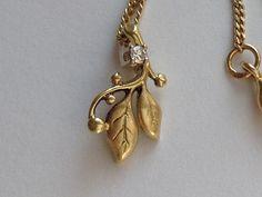 Gouden hangertje met diamantje  aan gouden collier