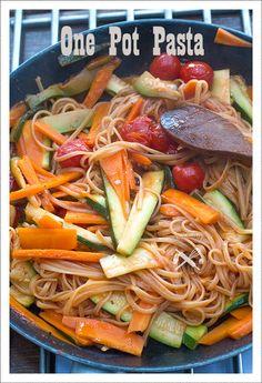 One pot pasta Voici un plat dont j'entends tout et son contraire! Pourquoi tout faire cuire en même temps, faire une cuisson habituelle ne prend pas plus de temps. Et puis c'est pas bon, et puis, et puis!!!!!! Alors personnellement j'ai voulu essayer....