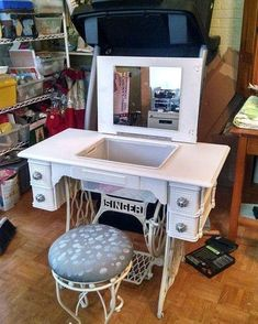 Singer sewing machine table repurposed into a makeup table. Old Sewing Machine Table, Treadle Sewing Machines, Antique Sewing Machines, Refurbished Furniture, Repurposed Furniture, Furniture Makeover, Diy Furniture, Furniture Design, Furniture Refinishing