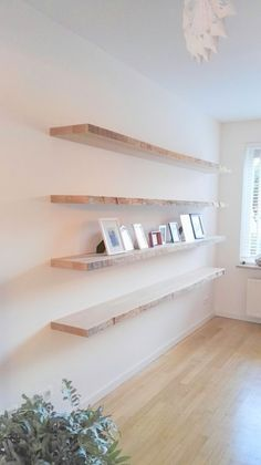 Floating wall shelves - interior - Shelves in Bedroom Living Room Shelves, Shelves In Bedroom, Office Interior Design, Interior Decorating, Decorating Ideas, Floating Wall Shelves, Shelf Design, Home And Living, Home Accessories