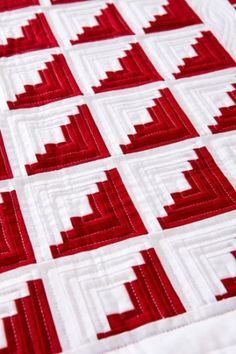 Red & White Log Cabin Quilt Pattern <3 Actually I think this is chimney and cornerstones since it has the light and dark contrasts and no center fire square, but they are very similar, but I might love this effect better...