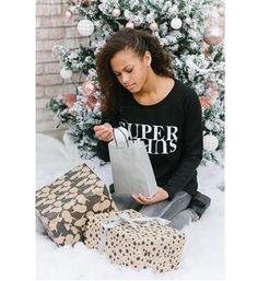 Be a Diva sweater in een doorgestikt dessin, model Super. Deze trui is voorzien van de tekstprint SUPER DIVA aan de voorzijde - Zwart - NummerZestien.eu