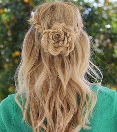 De 'flower braid' geeft een romantische twist aan je look en je kunt 'm op verschillende manieren combineren. Ben je fan van los haar? Dan kun je met de voorste plukken aan de zijkant of aan de achterkant van je hoofd één of meerdere bloemen vlechten. Voor een wat chiquere look vlecht je alles in […]