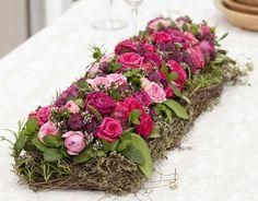 Een geurig tafelstuk met roosjes en Zeeuws knoopje, gecombineerd met tijm, salie en marjolein.