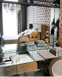 Boa noite!🌙Puro glamour essa suíte master By @chris_hamoui .Olhem essa parede da cabeceira, toda em capitonê... Linda!  #arquiteturadeinteriores #quartodecasal #arquitetura #archdecor #archdesign #archlovers #interiores #instahome #instadecor #instadesign #design #detalhes #produção #decoreseuestilo #decor #decorando #decordesign #luxury #decorlovers #decoração #homestyle #homedecor #homedesign #decorhome #home #suitemaster #bedroom #suitecasal