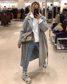 hoodie outfit winter 3 Chic Ways To Style Up The Hoodie Winter Fashion Outfits, Fall Winter Outfits, Look Fashion, Chic Outfits, Trendy Outfits, Autumn Fashion, Korean Fashion, Seoul Fashion, Dress Outfits
