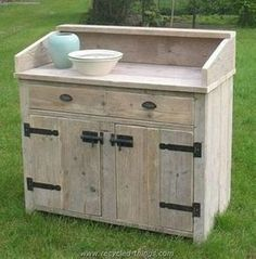 Pallet Cabinet or Writing Desk MoreDIY Wooden Pallet Projects Wood pallets are the most common material used in furniture making worldwide. Plastic pallets and so on in the market. Old Pallets, Recycled Pallets, Wooden Pallets, Pallet Wood, Pallet Bar, Recycled Crafts, Pallet Crafts, Diy Pallet Projects, Woodworking Projects