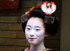 : Debut of maiko Ichiaya san! Maiko who debut in Pontocho get special kanzashi that look like the ones maiko use in other districts to signal the end of their career as maiko.